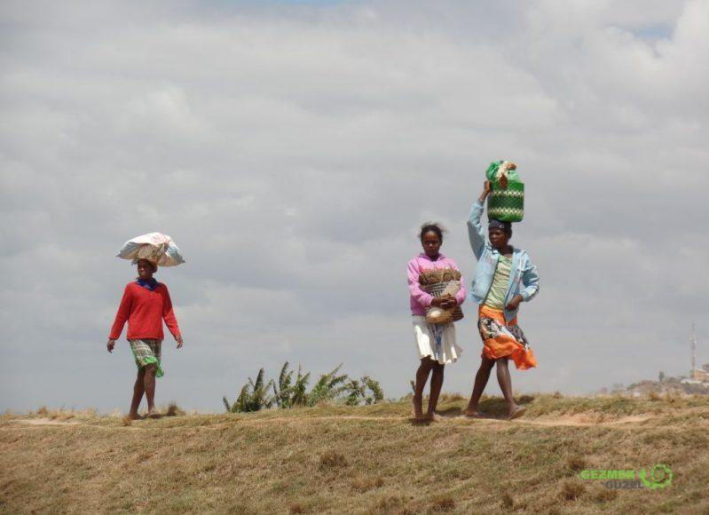 Başta taşınan eşyalar, Madagaskar Gezi Notları