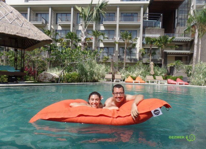 Mövenpick Jimbaran havuzunda, Bali'de Nerede Kalınır, Kuta