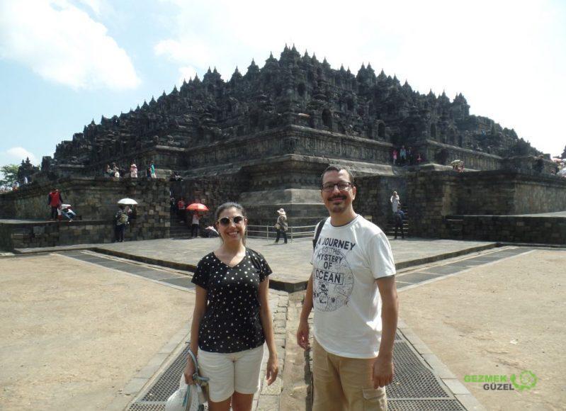 Borobudur Tapınağı önünde