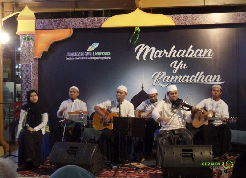 Havalimanında canlı müzik, Yogyakarta'da Bayram Kutlaması
