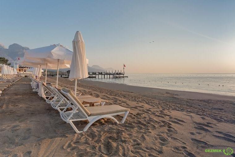crystal-flora-beach-resort-plaj-Türkiye'nin En Güzel Tatil Köyleri