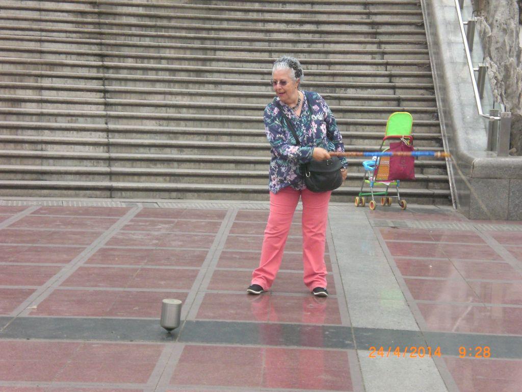 Chongqing Halk meydanında topaç çevirirken