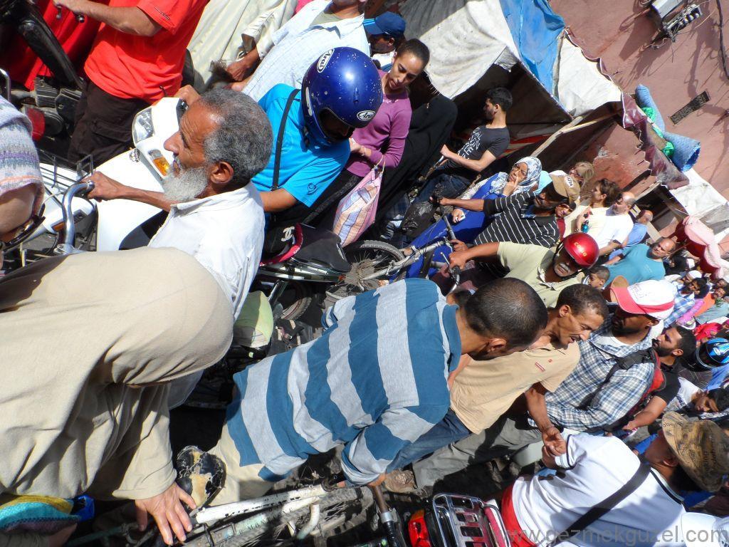 Fas Gezisi Notları, Kalabalıkta Motorsikletler