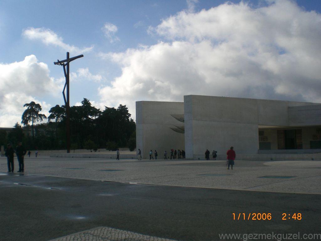 Fatima Kilisesinde Modern İsa Heykeli, Lizbon Şehir Turu, Porto - Lizbon Gezisi Notları
