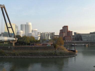 Düsseldorf nehir kenarı