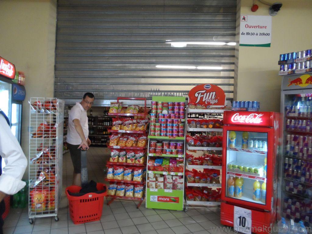 Gueliz süpermarketinde gizli içki satış bölümü