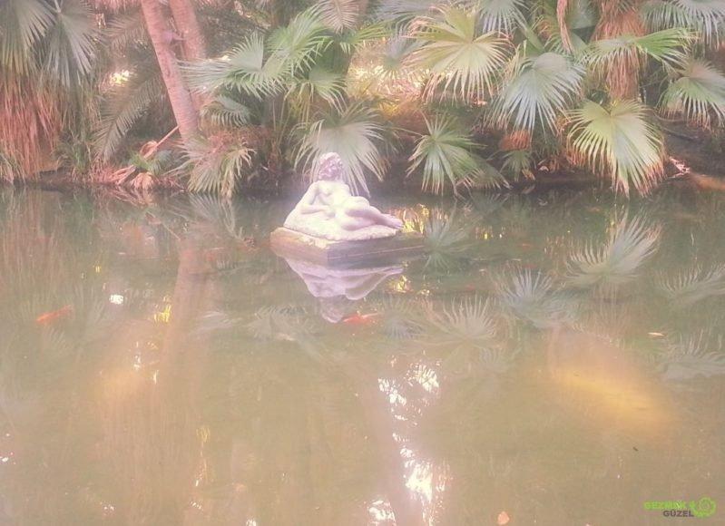 Hama'nın Deneme Bahçesi – Sere serpe uzanmış çıplak kadın heykeli