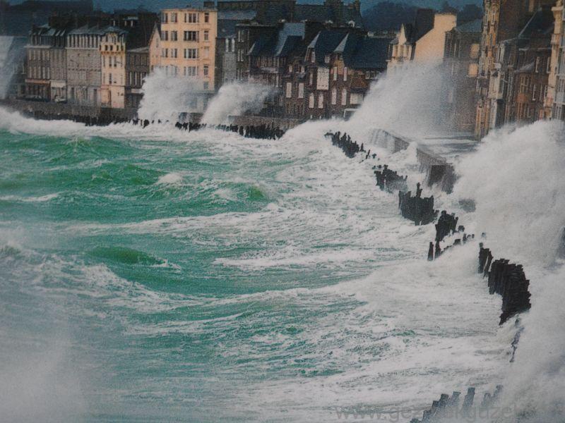 Mont Saint Malo Sahili Dalgalıyken