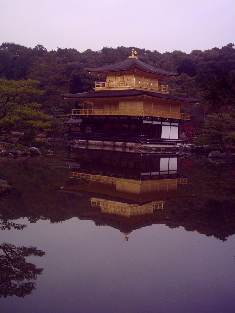 Altın kaplı Kinkakuji tapınağı