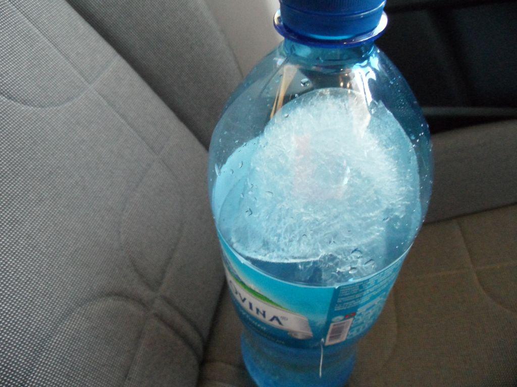 Arabada kalan su şişesi
