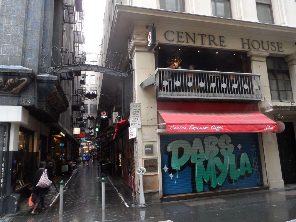 Melbourne'de dar sokakta kafeler