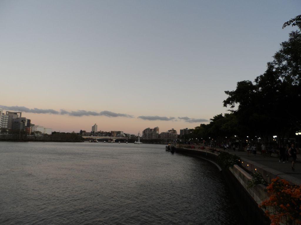 Gün batımında Brisbane Southbank