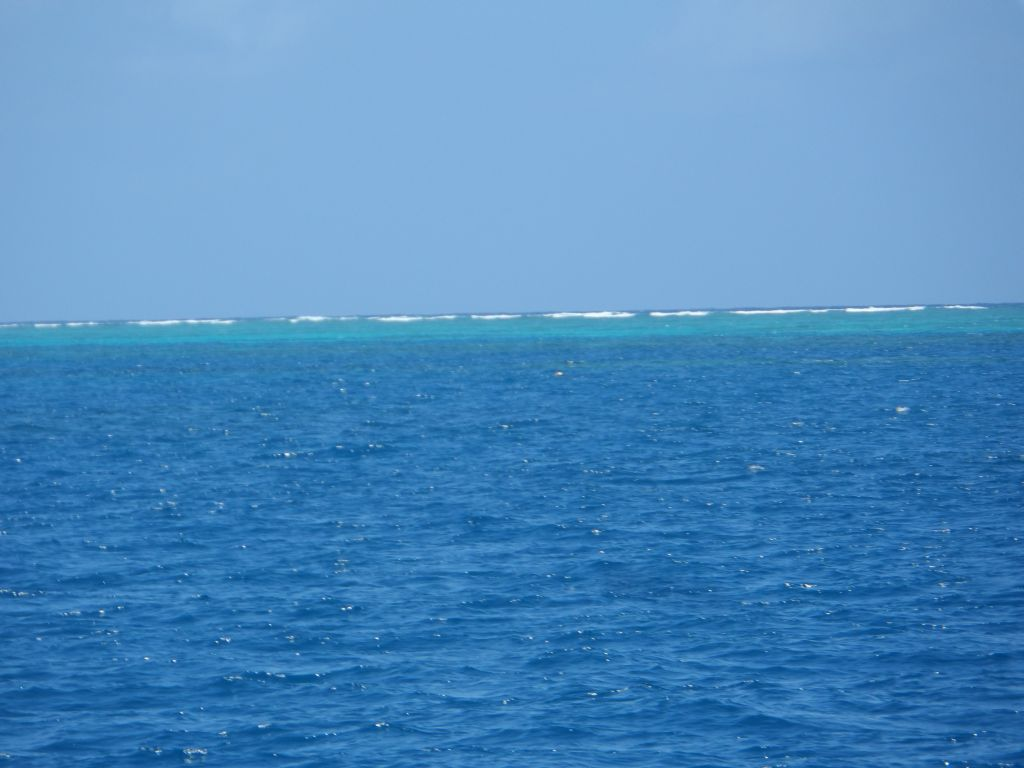 Resif sınırında dalgalar kırılıyor