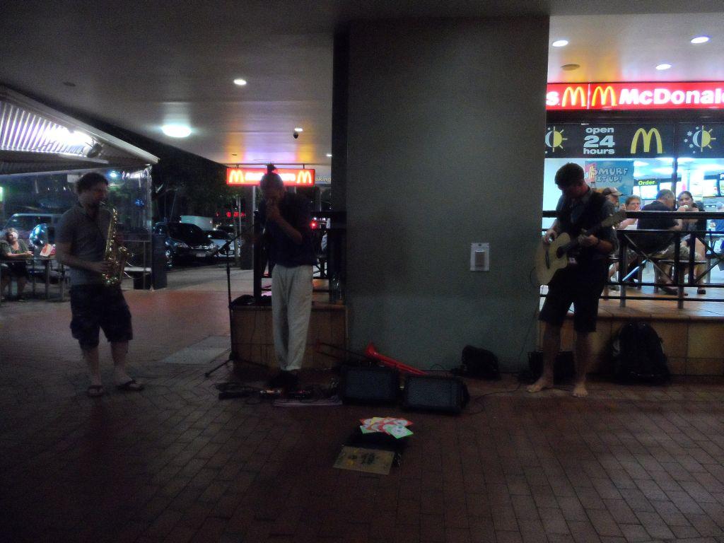 Cairns'de sokak müzisyeni Michael ve Jan