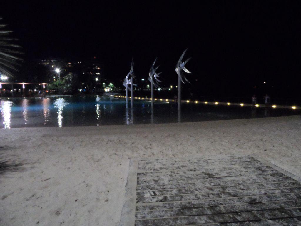 Cairns'de gece havuzbaşı