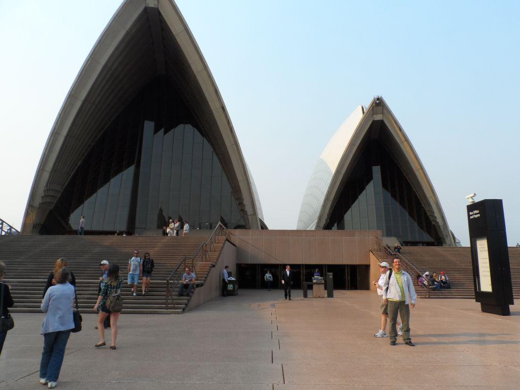 Sydney opera binası önünde